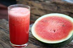 Para fugir do calor, reforce a nutrição e elimine as toxinas, com um refrescante suco detox com a fruta da estação: melancia. Quer aprender a minha receita?