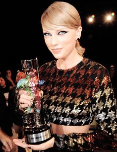 "Taylor Swift with her award for ""Best Pop Video"" at the VMAs"