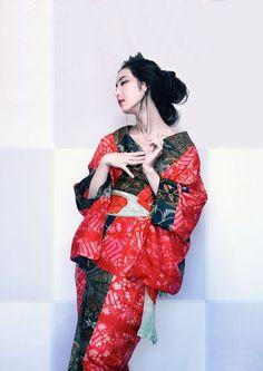 A woman dressed in kimono Traditional Fashion, Traditional Dresses, Japan Fashion, Fashion Show, Modern Kimono, Kimono Design, Wedding Kimono, Kimono Fabric, Oriental Fashion
