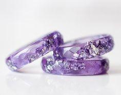 Anillo de resina lavanda con escamas de plata - púrpura amatista banda facetas fino anillo - anillo de apilamiento - de la resina resina mínima joyería