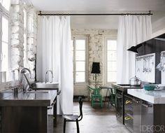 Cortinas dividindo ambientes  Bastões de cortina instalados no teto são uma alternativa simples para cortinas com ilhoses ou argolas.