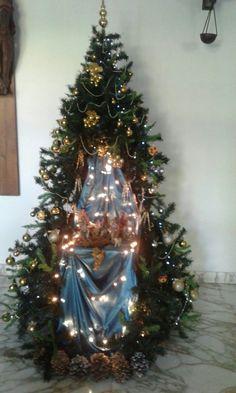 Navidad 🤶 Christmas Crib Ideas, Ribbon On Christmas Tree, Decorating With Christmas Lights, Christmas Bows, Magical Christmas, Holiday Tree, Modern Christmas, Christmas Themes, Christmas Tree Decorations