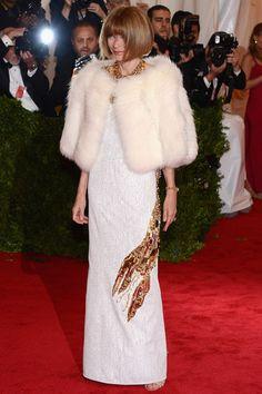 Anna Wintour ha sido la primera en llegar con este diseño blanco de Prada con dos langostas formadas por aplicaciones, una interpretación de un vestido de Elsa Schiaparelli.