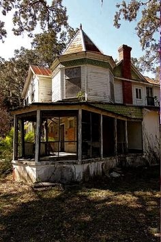Abandoned house in Brevard County, Florida. This Queen Anne-style home was built in 1896 but has been abandoned for decades by GlobalRealtor Abandoned Buildings, Abandoned Property, Old Abandoned Houses, Old Buildings, Abandoned Places, Beautiful Buildings, Beautiful Homes, Beautiful Places, Old Mansions