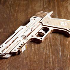 Idéal pour jouer à des jeux d'espionnage ! Dispose d'une portée de tir jusqu'à 10 mètres ! 62 pièces à monter Assemblage 1 heure Notice de montage très détaillée #wood #bois #jeu #game #construction #espion #pistolet #gun