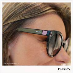 Muito estilo nos óculos de sol Prada com formato redondo e detalhes  coloridos!  Safira 6911c88b55