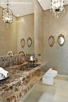 O luxuoso lavabo traz papel de parede adamascado prata (ACB Casa) e bancada em mármore Marrom Imperial Decor, Elegant Interior Design, Bathroom Interior Design, Bathroom Sink Vanity, Bathroom Design Inspiration, Bathroom Mirror, Toilet Design, Luxury Bathroom, Bathroom Decor