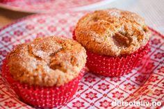 Supermyke muffins med kanel og pærebiter, som er lettvinte å lage og som egner seg ypperlig som hverdagskos innimellom alt mas og kjas nå i julestria.På toppen av muffinsene er det et herlig, sprøtt lokk av sukker- og kaneldryss.