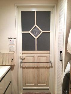 洗面所に入る時に、真正面に見えるお風呂のドア。このドア、どうも気に入らない!!でも、常に湿気のある場所だけに、どうしたらいいものか。。。試行錯誤して、何とかお気に入りのドアになるまでの過程を、ご覧ください(*´꒳`*) 賃貸OK!気に入らないドアは、リメイクしてお気に入りにしちゃおう♬(mirinamu) Diy And Crafts, Sweet Home, Entryway, Home Appliances, Home Decor, Interior Ideas, Bath Room, Bedroom, Cooking