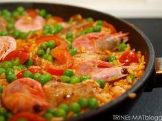 En slags paella med kylling, chorizo og reker