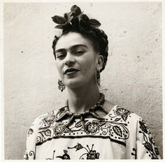 Frida Kahlo portant une magnifique blouse mexicaine brodée. #robe #dress #tunic #mexican #embroidered