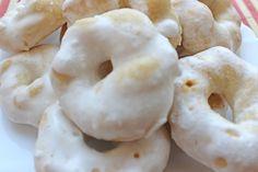 Preparazione dei taralli siciliani Per i taralli Impastare il lievito e la farina setacciata con le uova, lo strutto ammorbidito, lo zucchero semolato, il succo e la scorza grattugiata del limone, l'ammoniaca e i semi di anice. Una volta che gli ingredienti si saranno ben amalgamati tra loro, aggiungere un cucchiaino di sale e il latte a filo fino all'ottenimento di un impasto abbastanza morbido. Posare l'impasto su una spianatoia infarinata e ricavare due bastoncini spessi 1 cm circa…