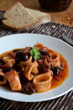 Καλαμαράκια Πικάντικα με Ελιές - Spicy Squid with Olives
