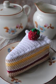 Free Crochet Piece of Cake with Strawberry Pattern / Gratis mönster på virkad… Crochet Cake, Crochet Food, Cute Crochet, Crochet Crafts, Crochet Dolls, Crochet Projects, Knit Crochet, Easy Crochet Patterns, Amigurumi Patterns