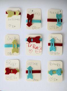 © katiedid.squarespace.com  So eine süße Idee, ich fasse es nicht. Das mach ich AUF JEDEN FALL für den Geburtstag meiner Tochter Leni im August: Einladungskarten mit integriertem Freundschaftsarmband. Ist das eine tolle Idee! Die Armbänder sind aus Filz gebastelt. Die Rückseite [...]