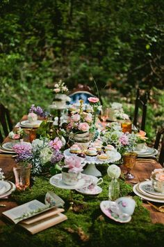 Alice in wonderland tea party inspiration Mad Hatter Party, Mad Hatter Tea, Mad Hatter Wedding, Alice Tea Party, Mad Tea Parties, Vintage Tea Parties, Dinner Parties, Vintage Party, Vintage Decor