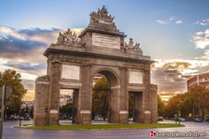 Puerta de Toledo  Fue la última puerta monumental erigida en el antiguo recinto de Madrid. No es tan famosa como la Puerta de Alcalá, pero le tenemos mucho aprecio, especialmente los domingos de paseo por La Latina.  © www.barriosdemadrid.net #Madrid #PuertaDeToledo
