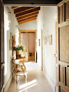 Shabby and Charme: Un elegante villa in Castiglia Entry Hallway, Cottage Exterior, Take Me Home, Interior Accessories, Scandinavian Style, Beautiful Homes, Sweet Home, Contemporary, Living Room