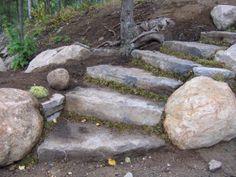 Escaliers faits en grosses pierres de grès. #landscaping #amenagementpaysager