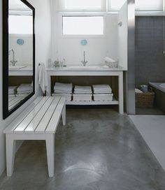 Casa Estilo Loft Moderno y Original - Ideas Casas Bathroom Concrete Floor, Pool House Bathroom, Concrete Floors, Bathroom Flooring, Basement Flooring, Kitchen Flooring, Bathroom Mirror With Shelf, Small Bathroom, Modern Bathroom