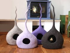This cat bed is a loving and warm place for your cat. HAND MADE IN ITALY. ESPRESS SHIPPING: ITALY: 1 DAY EUROPE: 1 DAY USA-CANADA: 2-3 DAYS OTHER COUNTRIES: please contact me CAT BED: HOW IS MADE 100% Tyrolean Wool, hand-felted with water and olive oil soap. DIMENSIONS SIZE M: 4-5