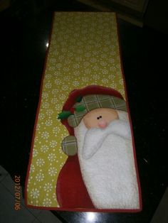 another great santa runner! Table Runner And Placemats, Quilted Table Runners, Christmas Projects, Christmas Crafts, Christmas Decorations, Christmas Sewing, Felt Christmas, Christmas Quilting, Christmas Runner