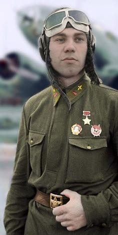 Портрет Героя Советского Союза (будущий дважды Герой Советского Союза) гвардии капитана Александра Игнатьевича Молодчего (1920—2002) на фоне бомбардировщика Ил-4.