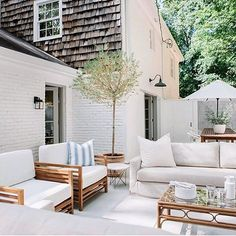Some Great Suggestions for Springtime Patio Furniture – Outdoor Patio Decor Design Exterior, Patio Design, Outdoor Rooms, Outdoor Furniture Sets, Outdoor Decor, Modern Furniture, Antique Furniture, Furniture Plans, Outdoor Seating