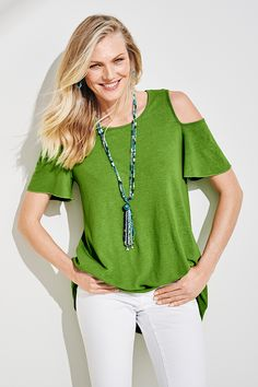 A simple change of Greenery brings any look to life. It's Pantone's Color of the Year. Casual Chic, Casual Wear, Casual Outfits, Chicos Fashion, Sewing Blouses, T Shirt Diy, Trendy Tops, Dress Patterns, Clothes For Women