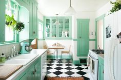 Kitchen Colors Green Apartment Therapy Ideas For 2019 Painting Kitchen Cabinets, Kitchen Paint, Home Decor Kitchen, Home Kitchens, Kitchen Ideas, Kitchen Photos, Kitchen Inspiration, Kitchen Designs, Bathroom Photos