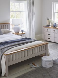 Give your bedroom a fresh, chic country feel with this lovely double bed, finished attractively with the contrast of rustic oak and smoothly painted base in putty with lavender undertones. Teamed with other Kemble pieces, the calm colour will make a peaceful haven of your bedroom.