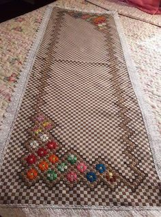 Bordado em tecido xadrez - Caminho de Mesa (Detalhes sobre o bordado... Visitar)