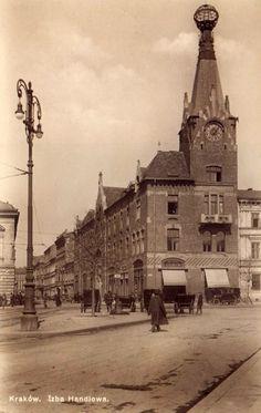 """Gmach ówczesnej Izby Handlowej """"Pod Globusem"""" na fotografii wykonanej około 1920 roku. Germany And Prussia, Krakow Poland, Beautiful Buildings, Dresden, Planet Earth, Old Photos, Paris Skyline, Public, Black And White"""