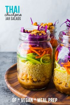 Thai chickpea mason jar salad makes lunch for 4 days, and has a tangy peanut dressing, quinoa, veggies and is topped with honey roasted peanuts! Pot Mason, Mason Jar Meals, Meals In A Jar, Mason Jar Diy, Mason Jar Recipes, Mason Jar Lunch, Salad Recipes, Vegan Recipes, Picnic Recipes