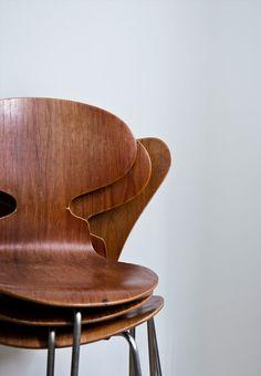 En stak stole, Myrere og Syvere, tegnet af Arne Jacobsen. Foto: Kira Brandt