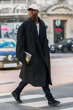 Street style, oversized long black coat baseball cap and black sneakers Streetwear, Moda Cyberpunk, Stylish Men, Men Casual, Langer Mantel, Inspiration Mode, Best Mens Fashion, Men Street, Looks Cool