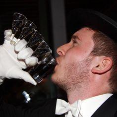 Bruchmeister trinkt eine Lüttje Lage Kaskade  #lüttjelage #hannover #bruchmeister #kaskade #schützenfest #tradition #beer #schnaps