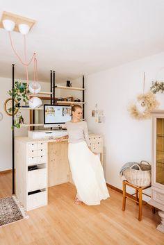 An diesem Stehpult im Home-Office von Anita kann man mit Sicherheit super arbeiten. Das beste an diesem Bild? Das wunderschöne Outfit matcht richtig gut mit dem DIY-Möbelstück. Wenn das mal kein Home-Office Look ist? 😊 #homeoffice #homeofficelook #fashion #stehpult #diy#arbeitszimmer #COUCHstyle