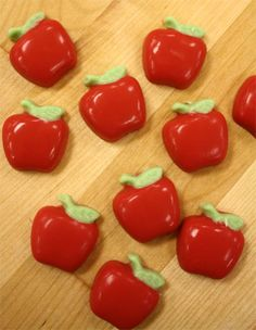 Adorable apple candy molds. Perfect for cupcakes for teachers :)