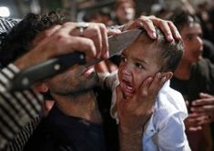 Mumbai, India, Shiítisch Asjoera, herdenking van de kleinzoon van profeet Mohammed, jongetje wordt gesneden om bloed te vergieten, nov 2014