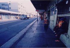 Hotel Street.  ダウンタウン。ひと気のない午後の通り。photo by Hideaki Sato.