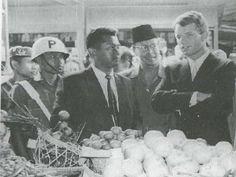 Adnan Buyung Nasution mendampingi Jaksa Agung AS Robert F. Kennedy dan Gubernur Jawa Barat Mashudi berkunjung ke Pasar Baru. Foto: repro Pergulatan Tanpa Henti: Dirumahkan Soekarno, Dipecat Soeharto.