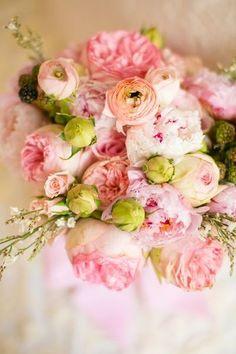 優しい雰囲気に仕上げたいなら、パステルピンクでまとめるのがおすすめ。バラや芍薬など、ぽってりした花を使うとロマンティック度がアップします。  ほんの少しグリーンを差し色にして、より春らしいイメージに。
