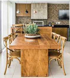 Love this rustic look dining set for a big family Wooden Dining Tables, Dining Table Design, Dining Room Table, Dining Set, Small Apartment Interior, Esstisch Design, Dinner Room, Tile Countertops, Home Furniture