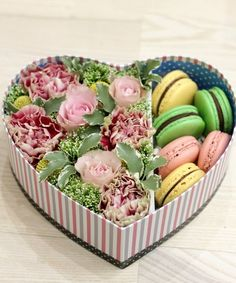 цветы с макарони в коробке москва: 8 тыс изображений найдено в Яндекс.Картинках Flower Box Gift, Flower Boxes, Flowers, Cupcake Flower Bouquets, Flower Cupcakes, Macaron Boxes, Best Gift Baskets, Sweet Box, Chocolate Bouquet