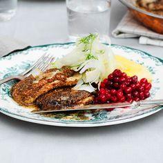 Recept: Stekt strömming med fänkålscrudité, brynt smör och rårörda lingon