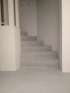 Beton cire op onafgewerkte trap. Scheelt weer verven, stofferen of hout/laminaat leggen en ziet er cool uit!