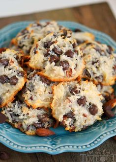 These easy Almond Joy Cookies take just four ingredients and don't Share require a mixer! No beating, Share chilling, just mix 'em up and throw 'em in the oven EASY! You're going to love these ooey gooey fabulous cookies! Cookie Desserts, Just Desserts, Cookie Recipes, Delicious Desserts, Dessert Recipes, Yummy Food, Cookie Bars, Cookie Cheesecake, Xmas Desserts
