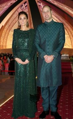 While wrapping up the first day of her royal tour with Prince William, Kate Middleton made an impressive entrance at a special reception wearing a glittering emerald green anarkali Duchess Kate, Duke And Duchess, Duchess Of Cambridge, Pulled Back Hairstyles, Kate Dress, Kate And Meghan, Prince William And Catherine, Ethnic Looks, Kate Middleton Style