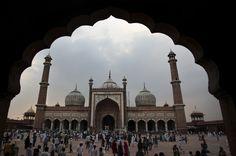 Musulmanes indios se reúnen en la mezquita de Jama en el segundo día de Ramadán, en Nueva Delhi, India (Tsering Topgyal/AP)